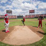 Mario Achi lanza la primera bola en el juego entre Tigres de Quintana Roo y Diablos Rojos del México